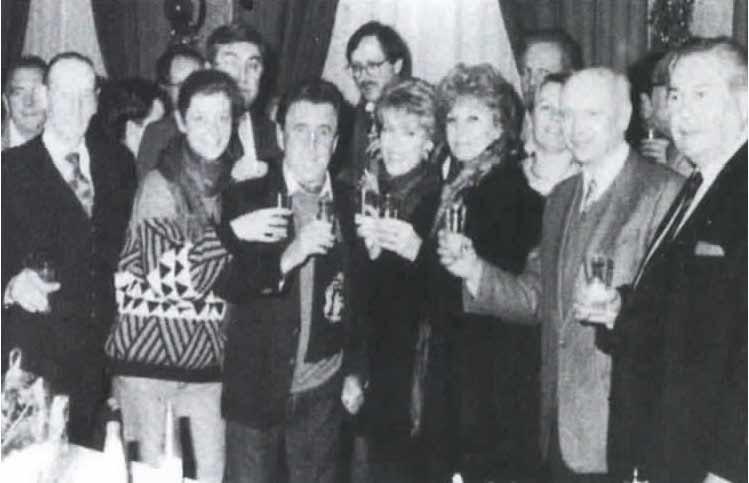 """1990. 30ème anniversaire. La société """"Arts et Loisirs"""" aux côtés de Jean Jefebvre interprète de la pièce """"Les Jumeaux"""""""